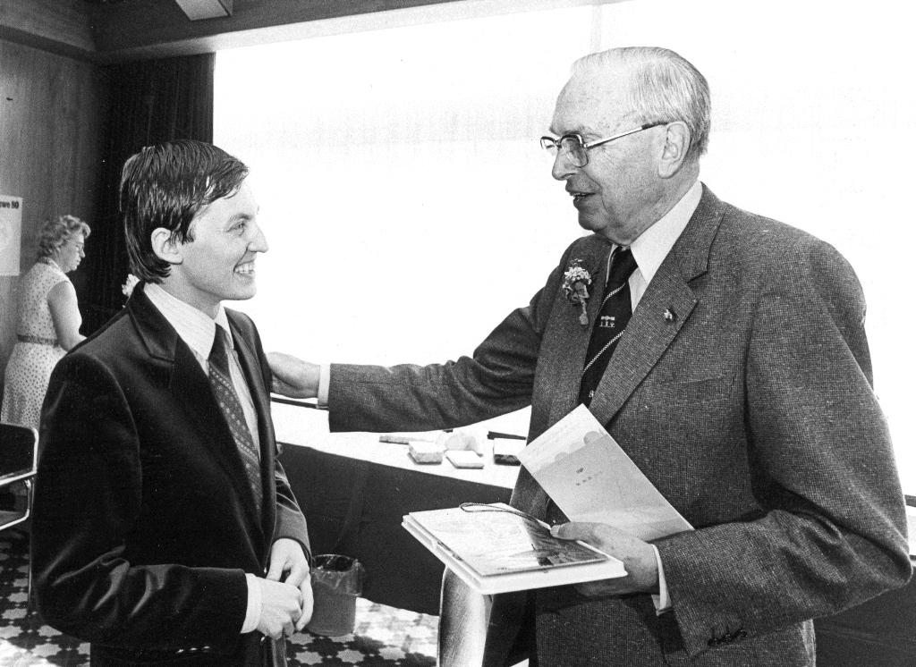 Euwe 80 jaar met wereldkampioen Karpov